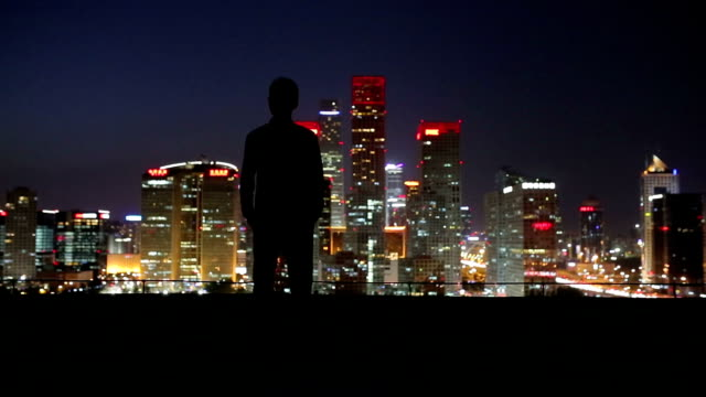 young man looking the city night - beleuchtungstechnik stock-videos und b-roll-filmmaterial