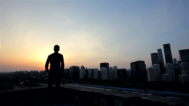 stockvideo's en b-roll-footage met young man looking the city - back lit