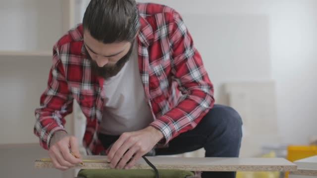 Jeune homme, fabrication de meubles à la maison