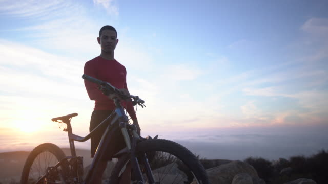 ms young man mountain biking in the mountains - sportschutzhelm stock-videos und b-roll-filmmaterial