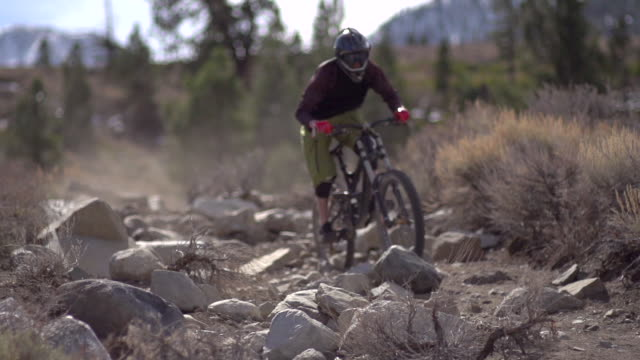 a young man mountain biking on scenic trail in the mountains. - super slow motion - filmed at 240 fps - マウンテンバイク点の映像素材/bロール