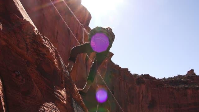 若い男はモアブの登山 - ユタ州モアブ点の映像素材/bロール