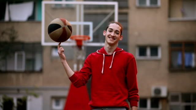 stockvideo's en b-roll-footage met jonge man op een basketbalveld - film moving image