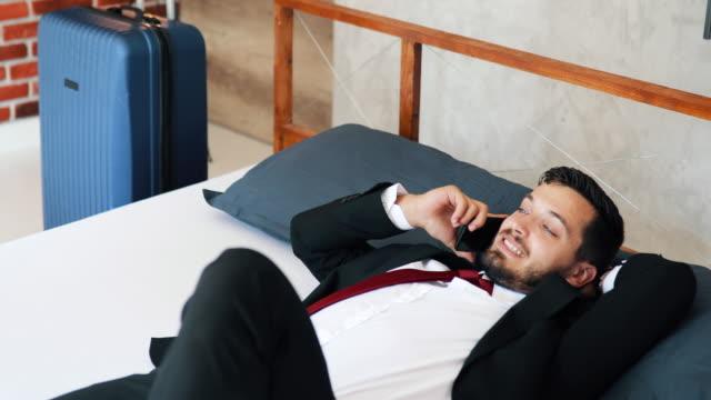 vidéos et rushes de jeune homme sur un voyage d'affaires - chemise et cravate
