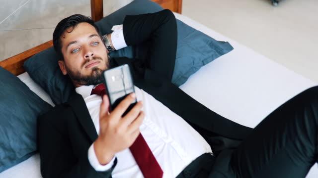 vidéos et rushes de jeune homme sur un voyage d'affaires - être à l'aise