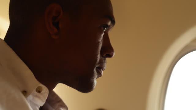 vidéos et rushes de young man on private jet - voyage d'affaires