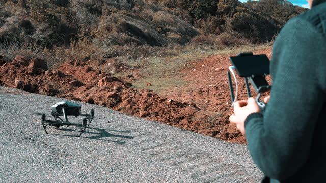 giovane uomo che opera drone professionale volante - azionare video stock e b–roll