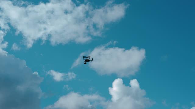 飛行プロのドローンを操作する若者 - 操作する点の映像素材/bロール