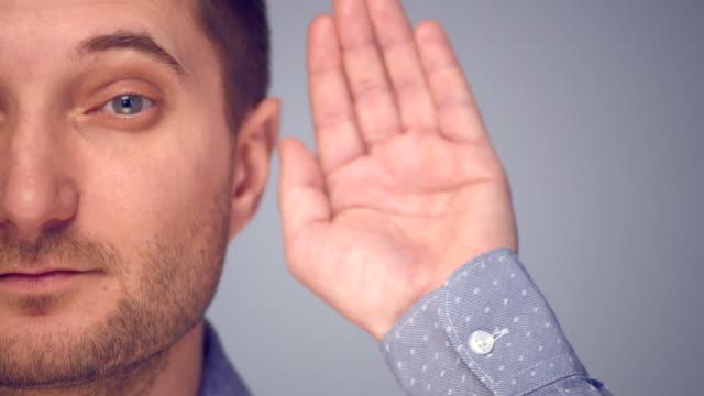 vídeos y material grabado en eventos de stock de joven prestando atención - sólo hombres jóvenes