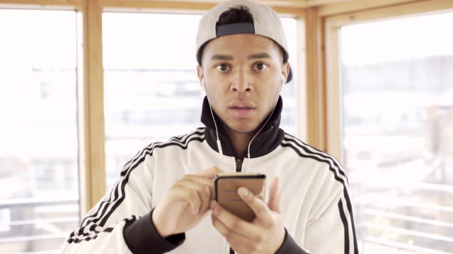 vídeos y material grabado en eventos de stock de a young man playing an augmented reality computer games on his smart phone - realidad aumentada