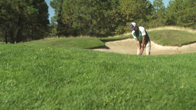 young man playing golf - baseballmütze stock-videos und b-roll-filmmaterial