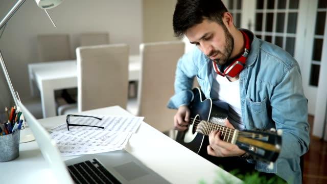 vídeos y material grabado en eventos de stock de joven tocando la guitarra en casa - guitarrista