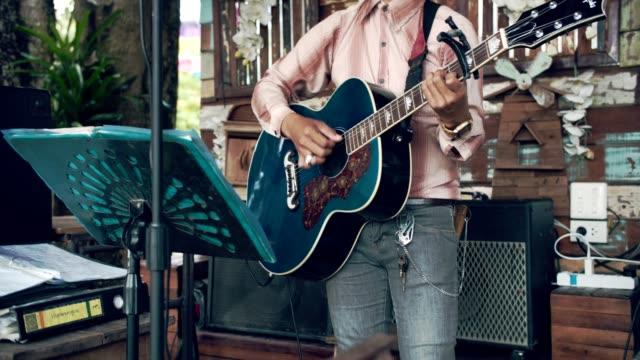 若い男演奏ギター アウトドア - アコースティックギター点の映像素材/bロール