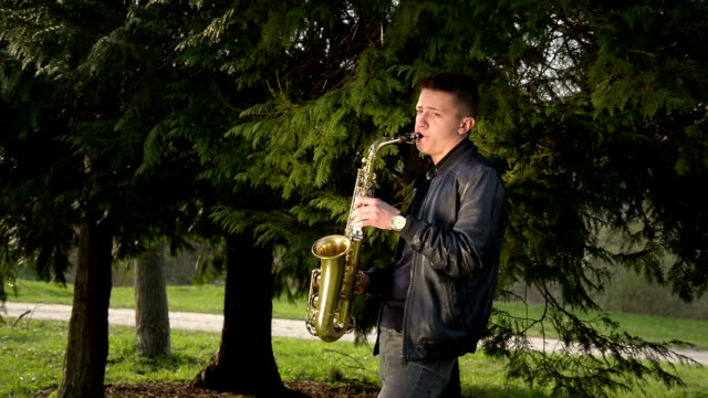 stockvideo's en b-roll-footage met young man playing sax. - saxofonist
