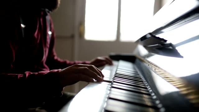 vídeos de stock, filmes e b-roll de jovem tocando piano - teatro clássico