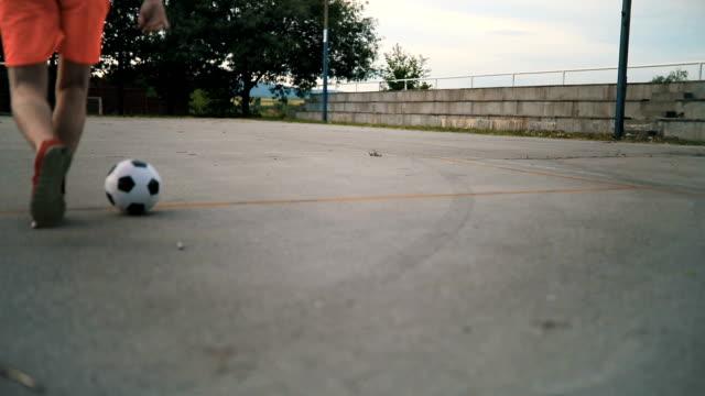Junger Mann spielen mit Fußball Ball