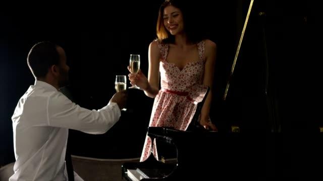 vídeos y material grabado en eventos de stock de hombre joven juega el piano a su novia - millonario