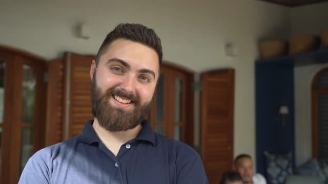 vídeos de stock, filmes e b-roll de retrato do homem novo em casa - brasileiro pardo