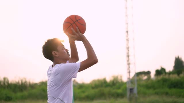 junger mann beim basketballüben - menschliche gliedmaßen stock-videos und b-roll-filmmaterial