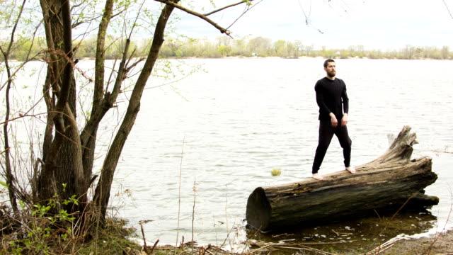 junger mann üben wing chun in der nähe des flusses - karate stock-videos und b-roll-filmmaterial