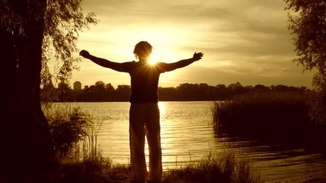ung man öva yoga nära floden - barfota bildbanksvideor och videomaterial från bakom kulisserna
