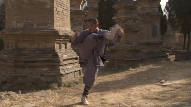 young man practising kung fu moves, beijing. - カンフー点の映像素材/bロール