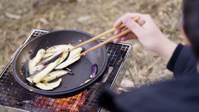 冬のキャンプ場で朝食を準備している若い男 - beauty in nature点の映像素材/bロール