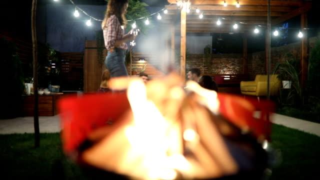 vidéos et rushes de jeune homme, préparer un repas sur le barbecue - barbecue jardin