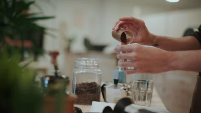ung man pressar malet kaffe med handen - krydda bildbanksvideor och videomaterial från bakom kulisserna