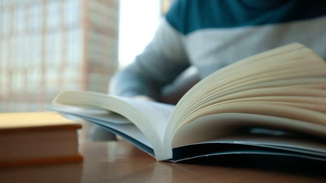 young man reading a book - 30代点の映像素材/bロール
