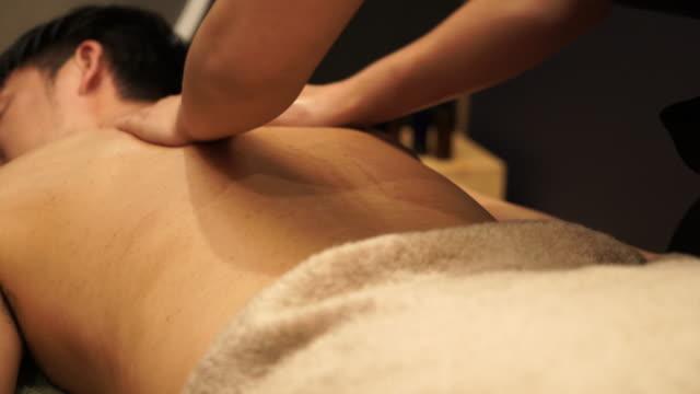 Junger Mann, an die Öl-massage