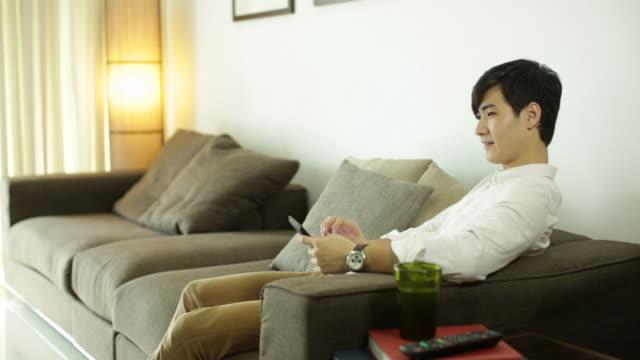 ms young man relaxing at home. - 美しい人点の映像素材/bロール