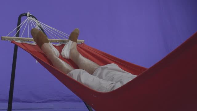 junger mann entspannen in der hängematte chrominanz schlüssel - hängematte stock-videos und b-roll-filmmaterial