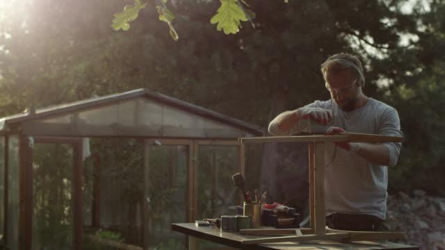vidéos et rushes de jeune homme, rénovation de vieux meubles - one young man only