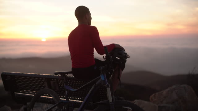 ms young man resting with his mountain bike on top of a mountain - nur männer stock-videos und b-roll-filmmaterial
