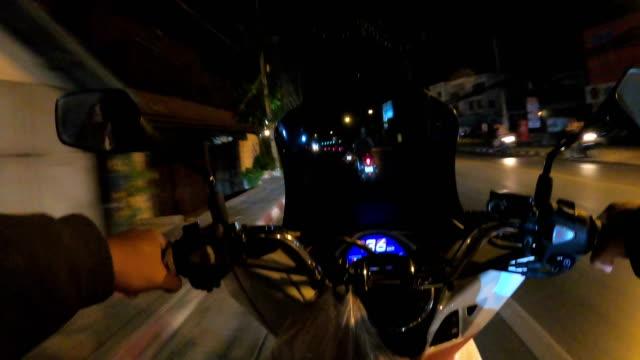young man riding a motorcycle - casco da motociclista video stock e b–roll