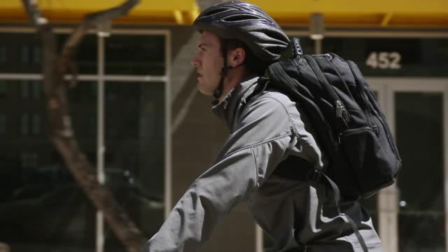 vidéos et rushes de young man riding bike - vie citadine