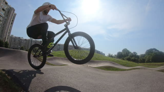 bmxバイクに乗る若い男、スローモーション - bmxに乗る点の映像素材/bロール