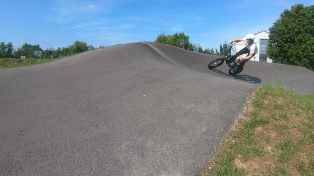 bmxバイクに乗って若い男、スローモーション - スタントバイク点の映像素材/bロール