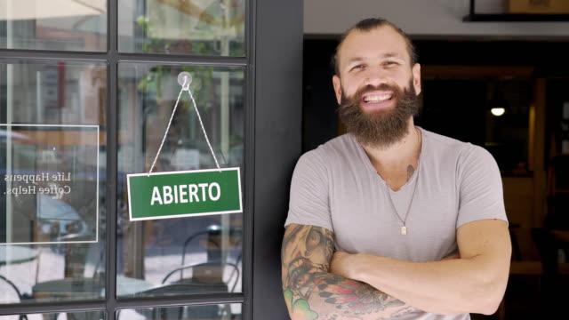 vídeos y material grabado en eventos de stock de joven corriendo una pequeña empresa española - propietario