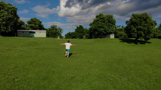 自然の中で走っている若い男 - 20代点の映像素材/bロール