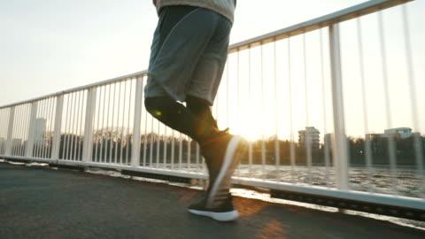 stockvideo's en b-roll-footage met jonge mens die loopt. - veiligheidshek