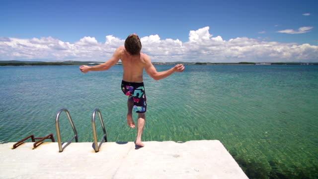 ジャンプの男のスーパースローモーションの海 - スーパースローモーション点の映像素材/bロール