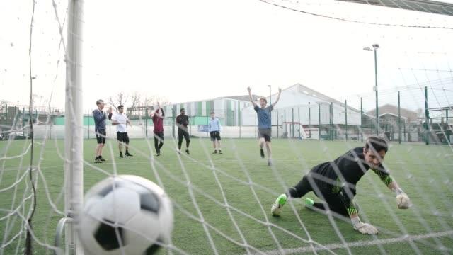 vídeos y material grabado en eventos de stock de marcar un gol de shootout de la pena de fútbol joven - hacer un gol