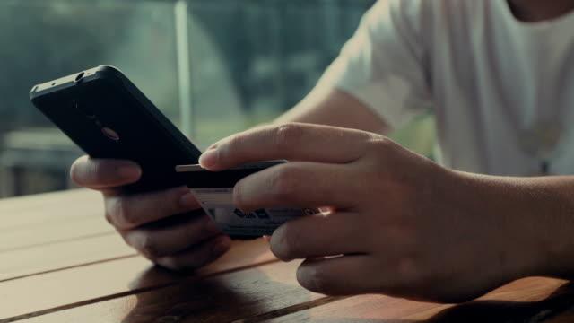 Jonge man online winkelen op slimme telefoon, Close-up