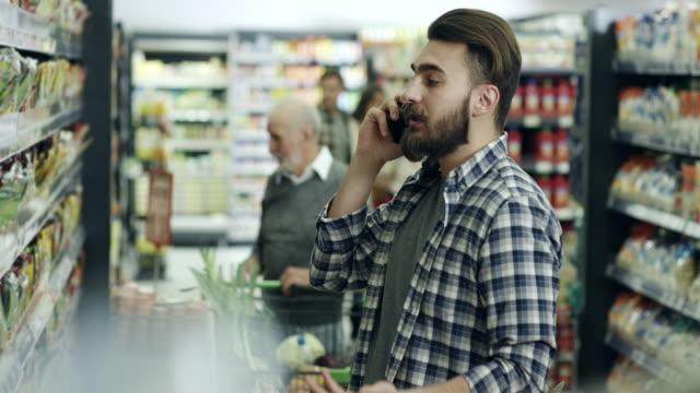 vídeos y material grabado en eventos de stock de hombre joven de compras - super slow motion