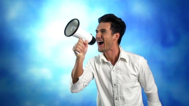 junger mann schreien über eine megafon - heranlocken stock-videos und b-roll-filmmaterial