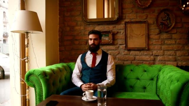カフェに座っている若い男 - くつろぐ点の映像素材/bロール