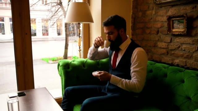 カフェに座っている若い男