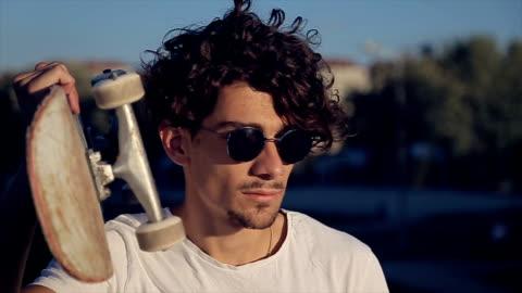 stockvideo's en b-roll-footage met jonge man skateboarder.portrait - skateboard
